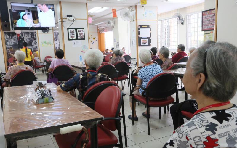 老人家在乐龄活动中心看电视。(新明日报).jpg