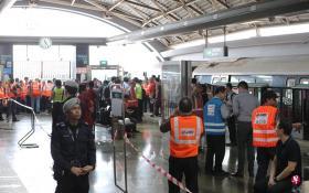 陆交局和SMRT工作人员到场调查事故发生的原因。(联合早报)