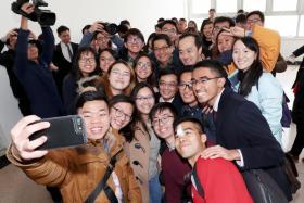 财政部长王瑞杰(中)在清华大学经济管理学院同出席对话会的新加坡留学生合照留念。(财政部提供)