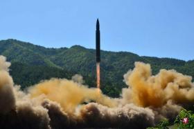 """朝鲜发射""""火星14型""""洲际弹道导弹。(档案照片,路透社)"""
