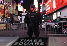 发生爆炸后,警方加强了附近的时报广场的保安。(法新社)